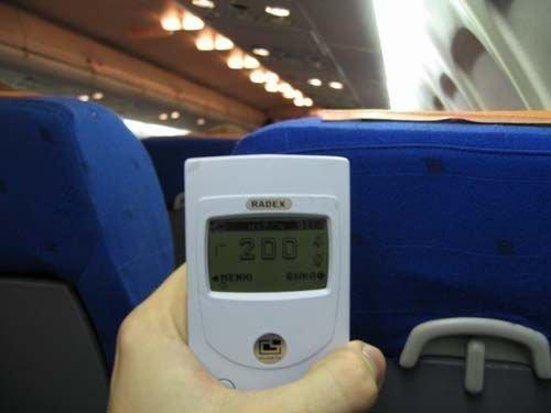 Уровень радиации в салоне самолета на высоте 10000 метров превышает естественный в 10 раз.